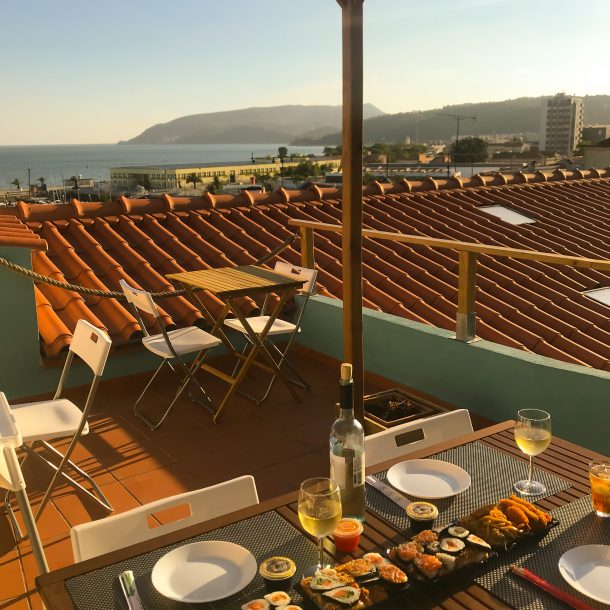 Sushi rooftop com vista Rio Sado